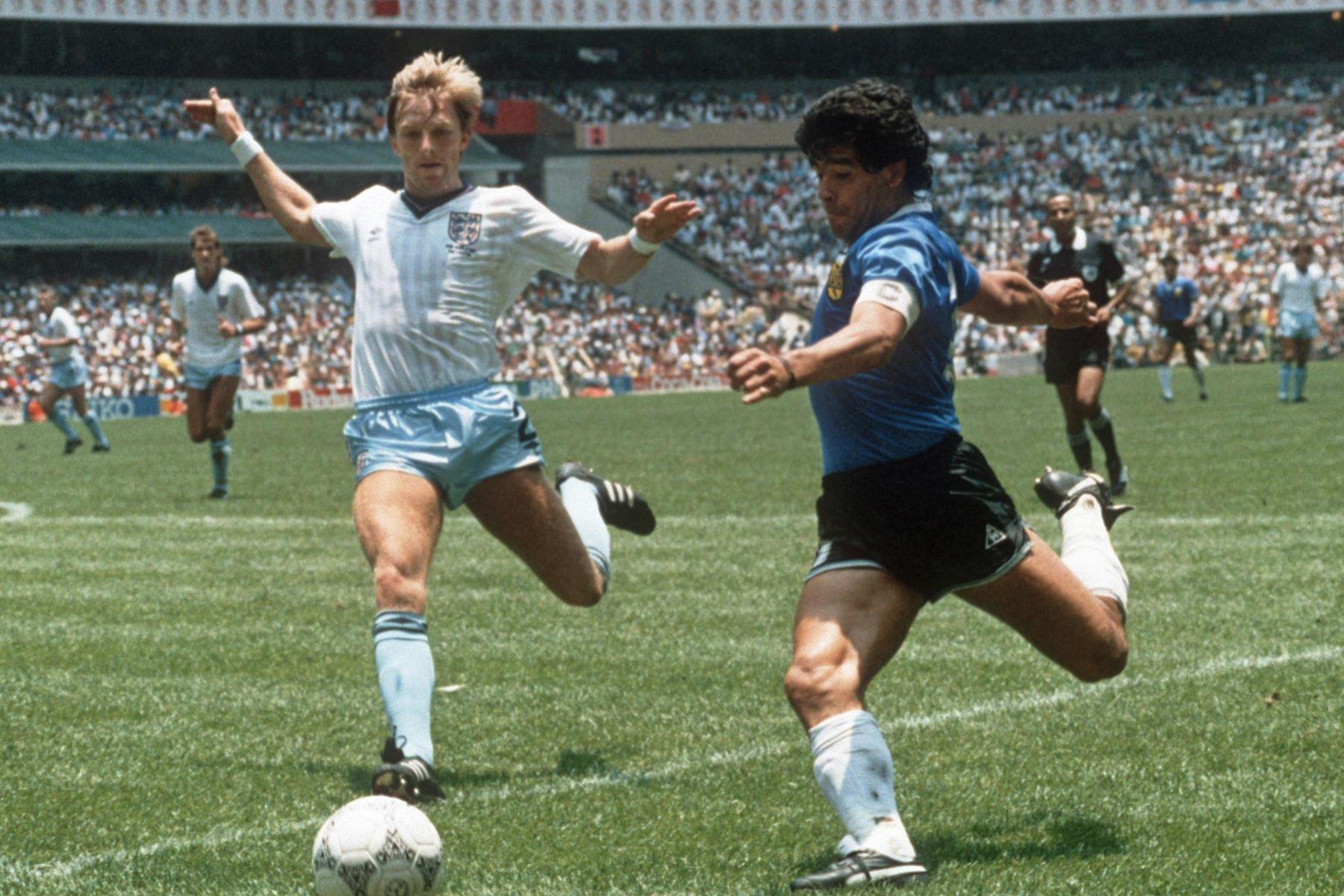 El delantero argentino Diego Maradona se prepara para cruzar el balón bajo la presión del defensor inglés Gary Stevens durante el partido de cuartos de final de la Copa del Mundo entre Argentina e Inglaterra, el 22 de junio de 1986 en la Ciudad de México. Foto: AFP