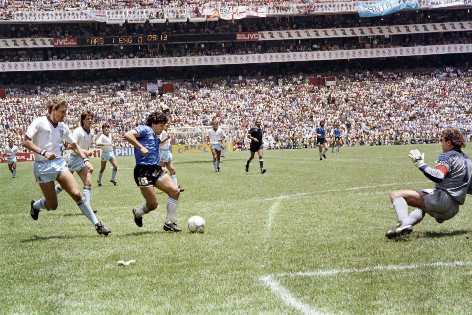"""En esta foto de archivo tomada el 22 de junio de 1986, el delantero argentino Diego Armando Maradona pasa junto al defensa inglés Terry Butcher en su camino hacia el portero Peter Shilton y anotando su segundo gol, o """"gol del siglo"""", durante el partido de cuartos de final de la Copa del Mundo entre Argentina e Inglaterra en 1986, en la Ciudad de México. Foto: AFP"""