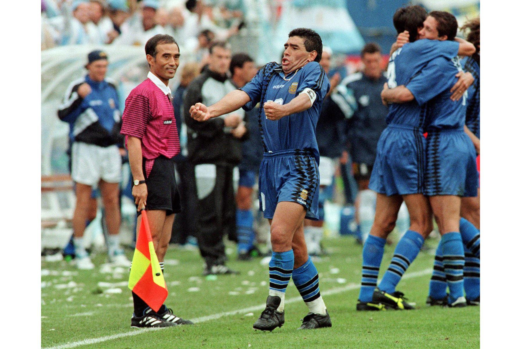 En esta foto de archivo tomada el 21 de junio de 1994, el capitán de la selección argentina de fútbol de la Copa Mundial, Diego Maradona, grita mientras él y sus compañeros celebran durante partido de la Copa del Mundo contra Grecia en el estadio Foxboro cerca de Boston. Foto: AFP