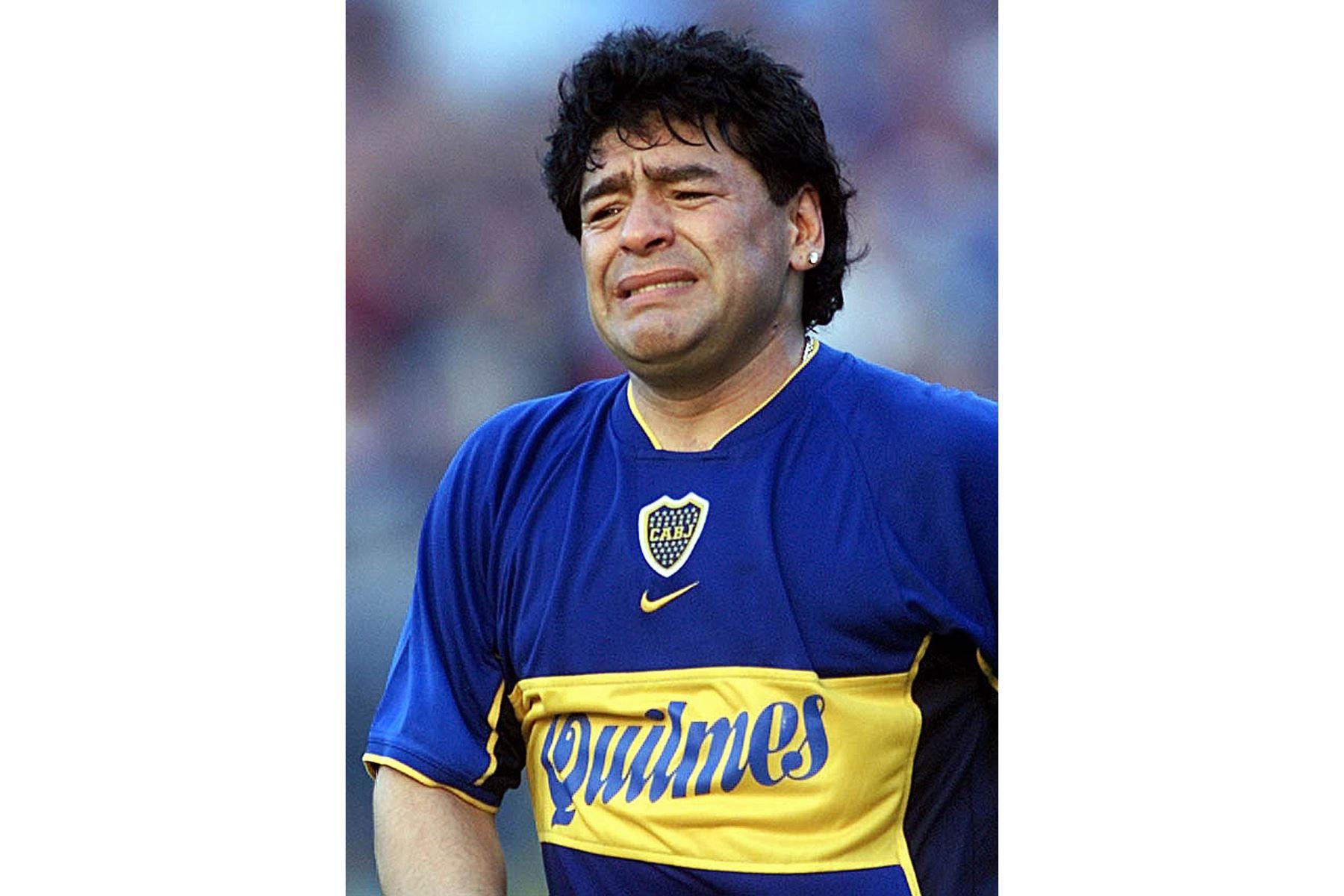 """En esta foto de archivo tomada el 10 de noviembre de 2001, la estrella del fútbol argentino Diego Maradona se siente abrumado por la emoción durante un evento en su honor en el estadio """"La Bombonera"""". Foto: AFP"""