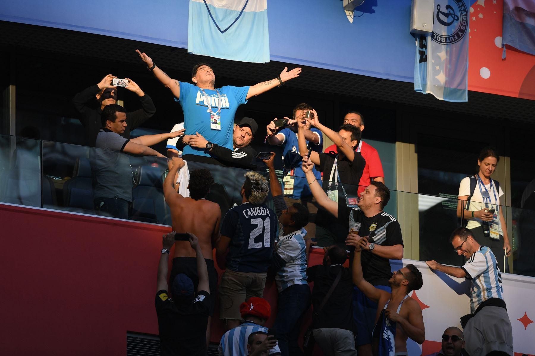 En esta foto de archivo tomada el 26 de junio de 2018, el jugador argentino retirado Diego Maradona hace un gesto antes del partido de fútbol del Grupo D de la Copa Mundial Rusia 2018 entre Nigeria y Argentina, en el Estadio de San Petersburgo en San Petersburgo. Foto: AFP