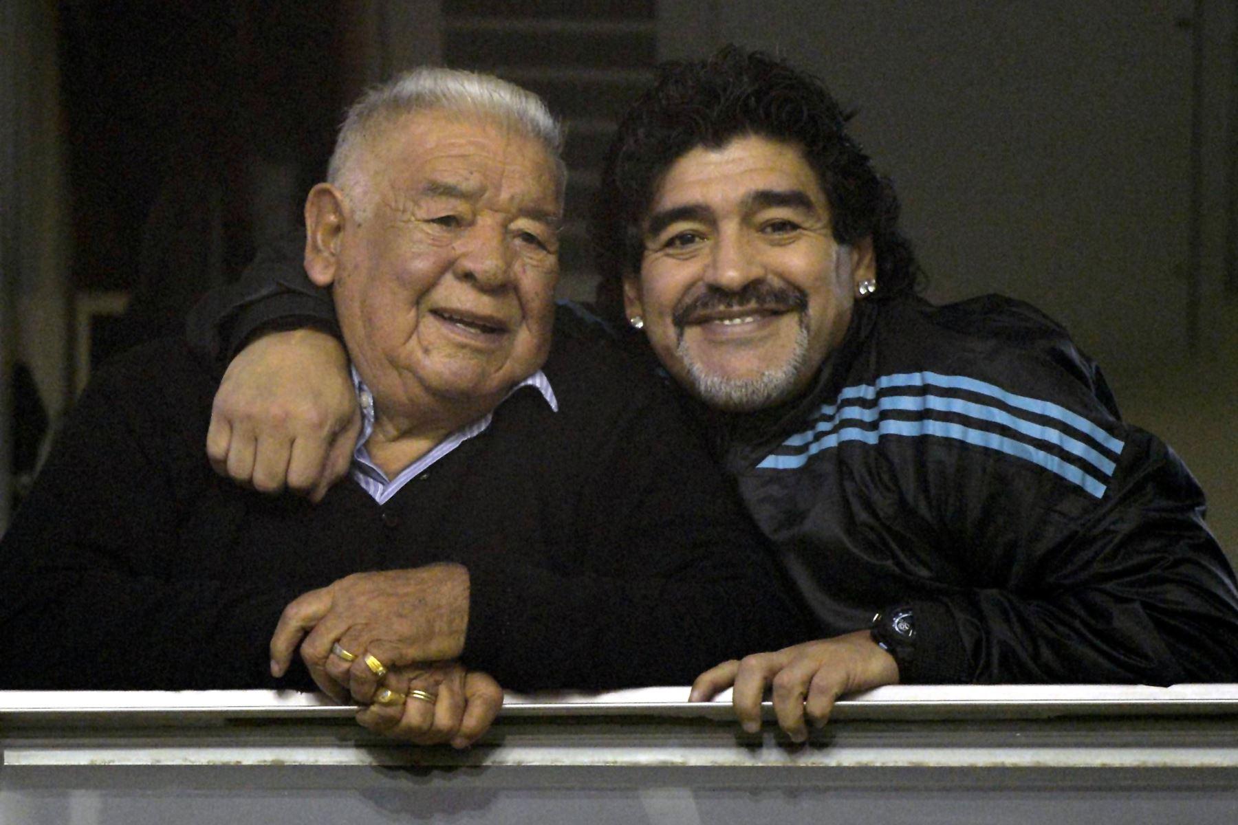 """En esta foto de archivo tomada el 14 de junio de 2012, el ex futbolista argentino, Diego Maradona, abraza a su padre """"Don Diego"""" antes del inicio del partido de ida de semifinales de la Copa Libertadores 2012 entre Boca Juniors y Universidad de Chile, en el estadio """"La Bombonera"""" de Buenos Aires. Foto: AFP"""