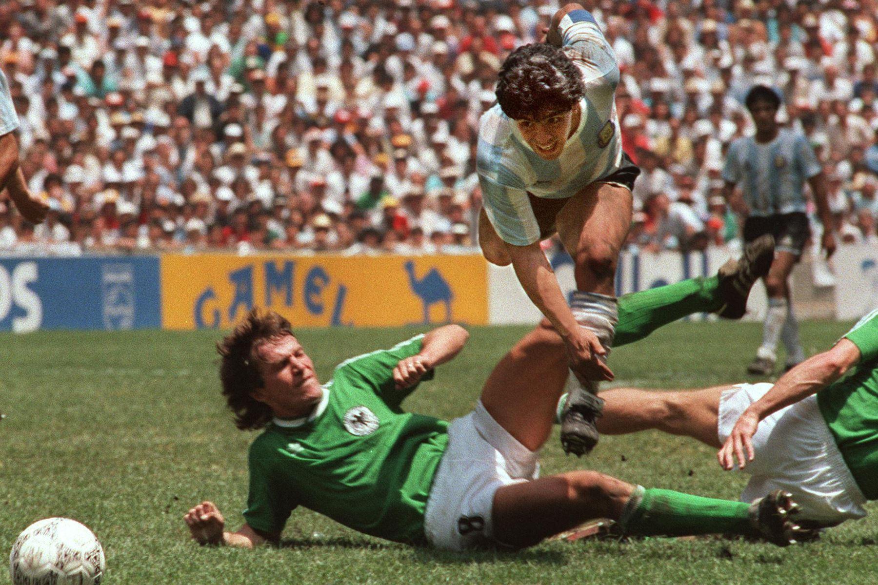 En esta foto de archivo tomada el 29 de junio de 1986, el capitán del equipo y estrella del fútbol argentino Diego Maradona evade una entrada de Lothar Matthaus de Alemania Occidental durante la final de la Copa Mundial de Fútbol. Foto: AFP