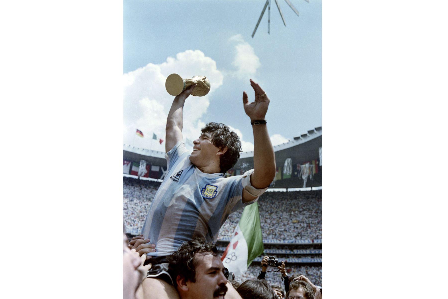 En esta foto de archivo tomada el 29 de junio de 1986, el capitán del equipo y estrella del fútbol argentino Diego Maradona alza la Copa Mundial de Fútbol ganada por su equipo luego de una victoria por 3-2 sobre Alemania Occidental, en el estadio Azteca de la Ciudad de México. Foto: AFP