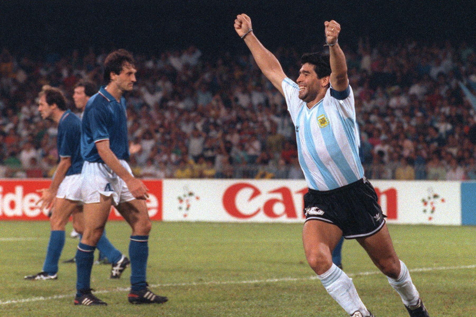 En esta foto de archivo tomada el 3 de julio de 1990, el delantero argentino Diego Maradona celebra después de que su compañero Claudio Caniggia empatara el marcador 1 a 1 durante la semifinal de la Copa del Mundo entre Italia y Argentina, en Nápoles. Foto: AFP