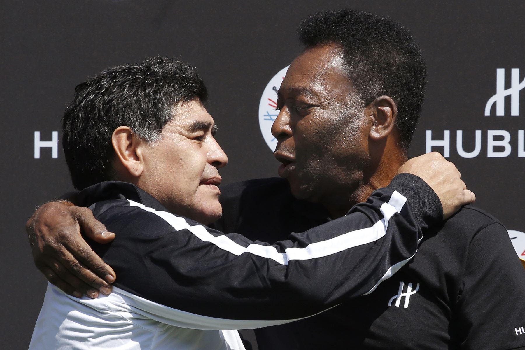 En esta foto de archivo tomada el 9 de junio de 2016, el astro del fútbol argentino Diego Maradona y el crack  brasileño Pele posan después de un partido de fútbol organizado por el relojero de lujo suizo Hublot en el Jardin du Palais Royal de París. Foto: AFP