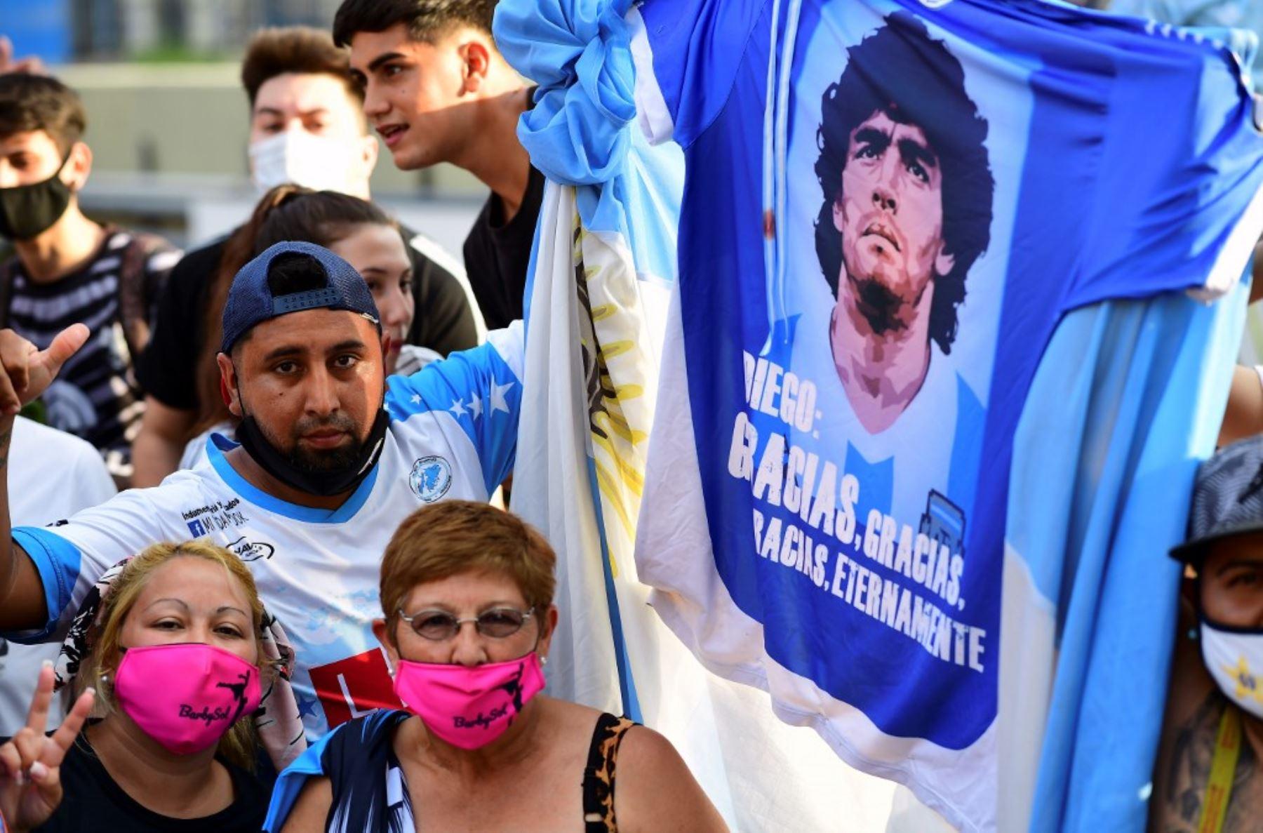 El pueblo argentino llora la muerte de Maradona.