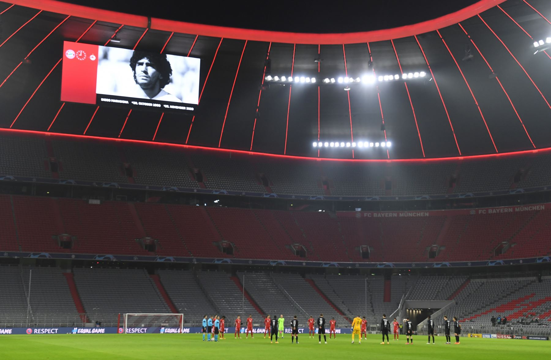 Los jugadores guardan un minuto de silencio por la leyenda del fútbol argentino Diego Maradona antes del partido de fútbol del grupo A de la Liga de Campeones de la UEFA Bayern Munich v Salzburg en Munich. Foto: AFP