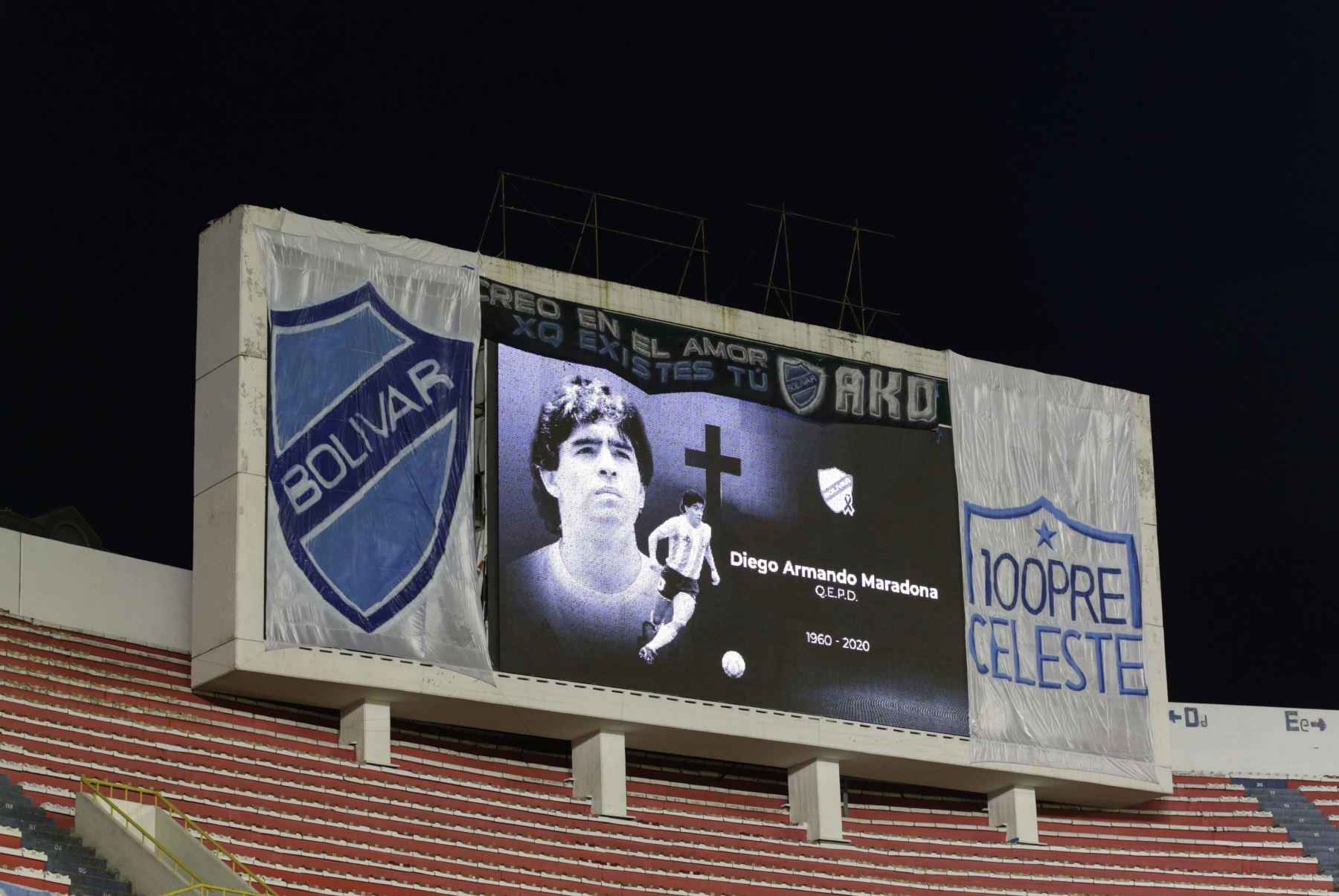 Vista de un cartel en homenaje al fallecido astro del fútbol argentino Diego Armando Maradona en el estadio Hernando Siles de La Paz. Foto: AFP
