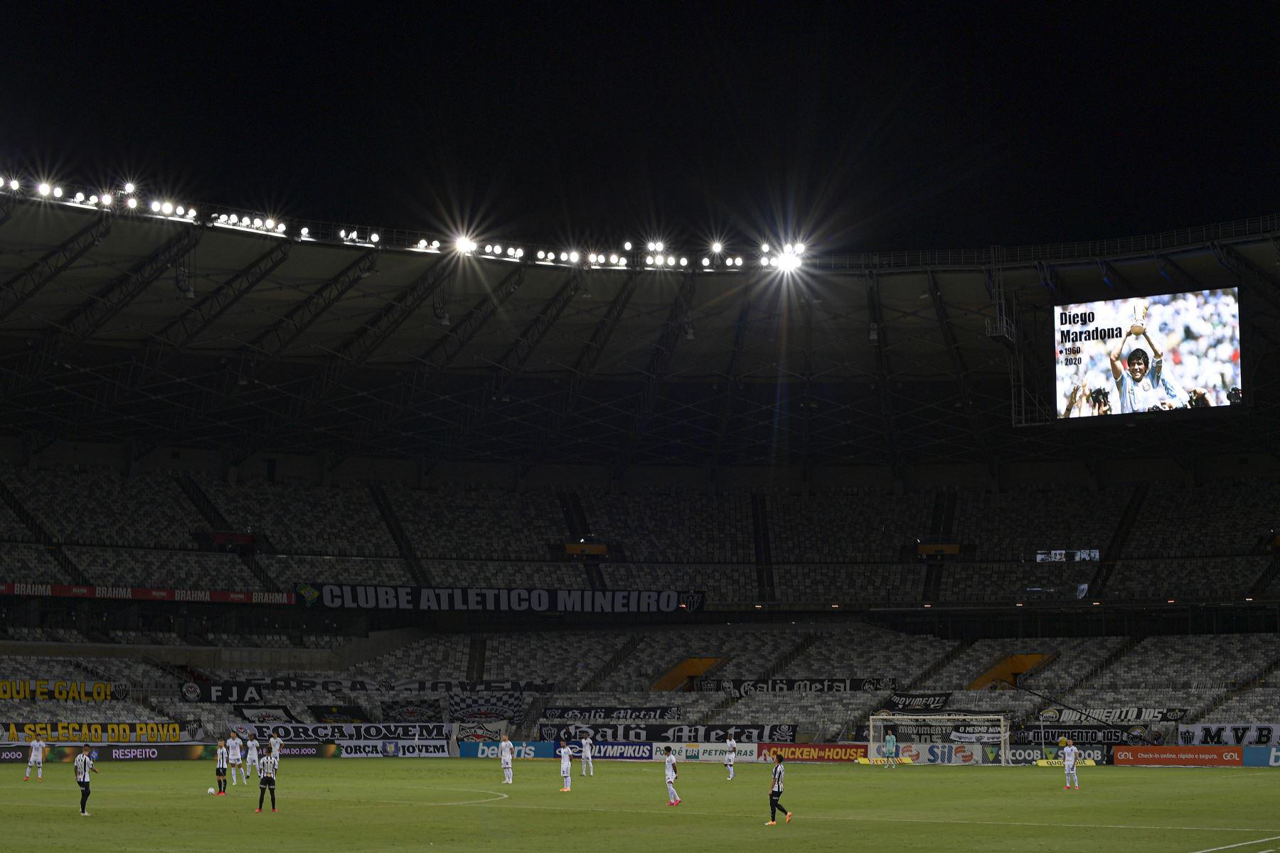 Una imagen de Diego Maradona se ve en una pantalla en el estadio Mineirao, para rendir homenaje el día de su muerte durante el partido entre Atlético Mineiro y Botafogo por el Campeonato Brasileño. Foto: AFP