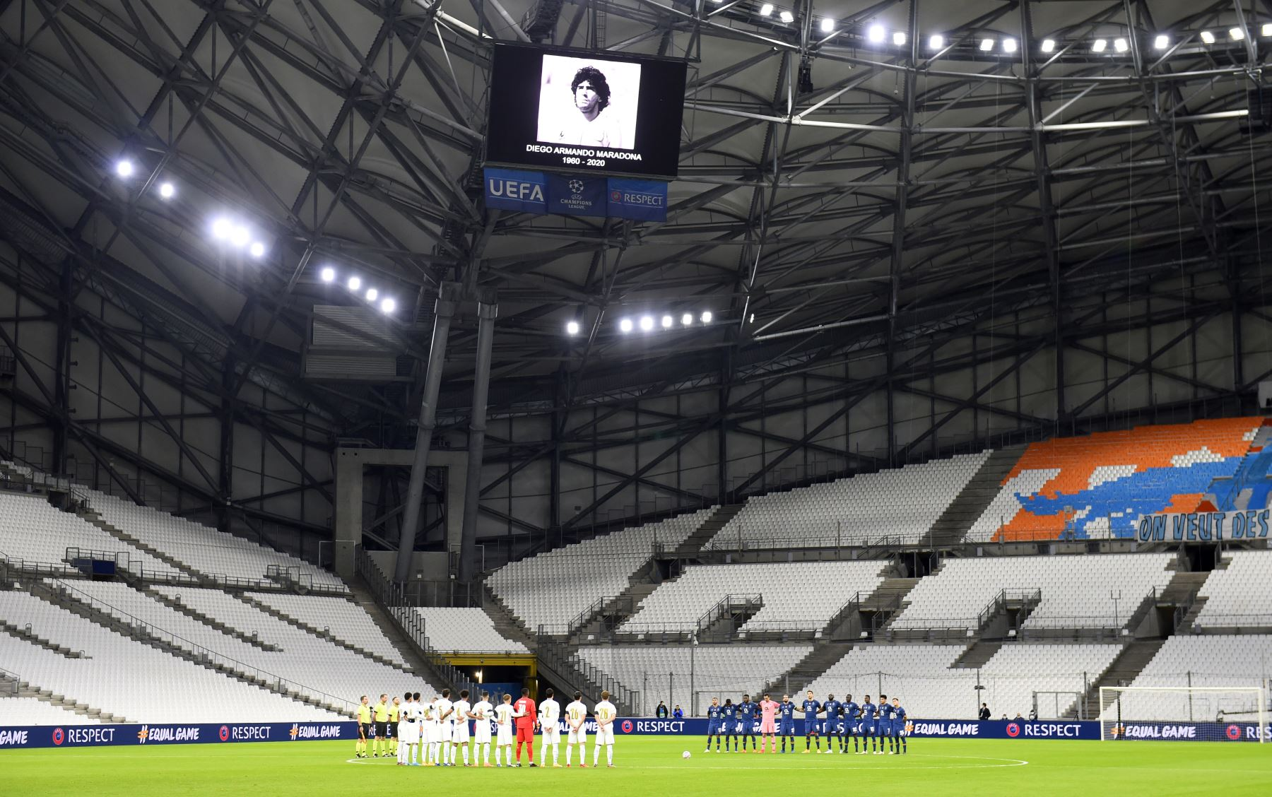 Los jugadores guardan un minuto de silencio para rendir homenaje a la leyenda del fútbol argentino Diego Maradona en el FC Porto. Foto. AFP