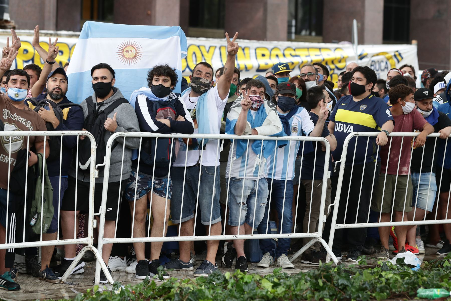 La gente hace cola  frente al palacio presidencial en Buenos Aires para rendir homenaje al ataúd de la leyenda del fútbol Diego Maradona, que llegó durante un período de reposo tras su muerte el día antes de los 60 años mientras se recuperaba de una operación cerebral. Foto: AFP