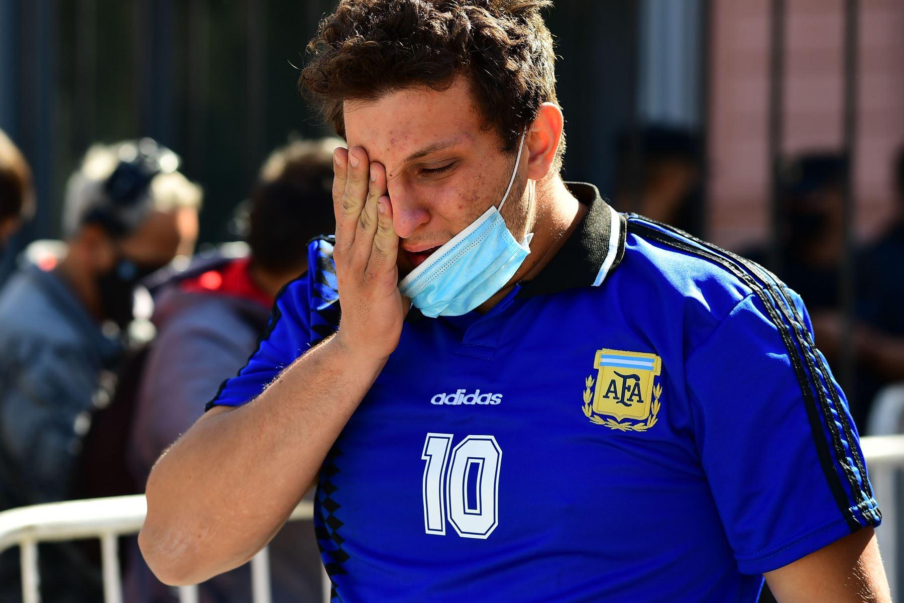 Los admiradores de Diego Maradona lloran después de rendir homenaje a la leyenda del fútbol Diego Armando Maradona en la Casa de Gobierno en Buenos Aires. Foto: AFP
