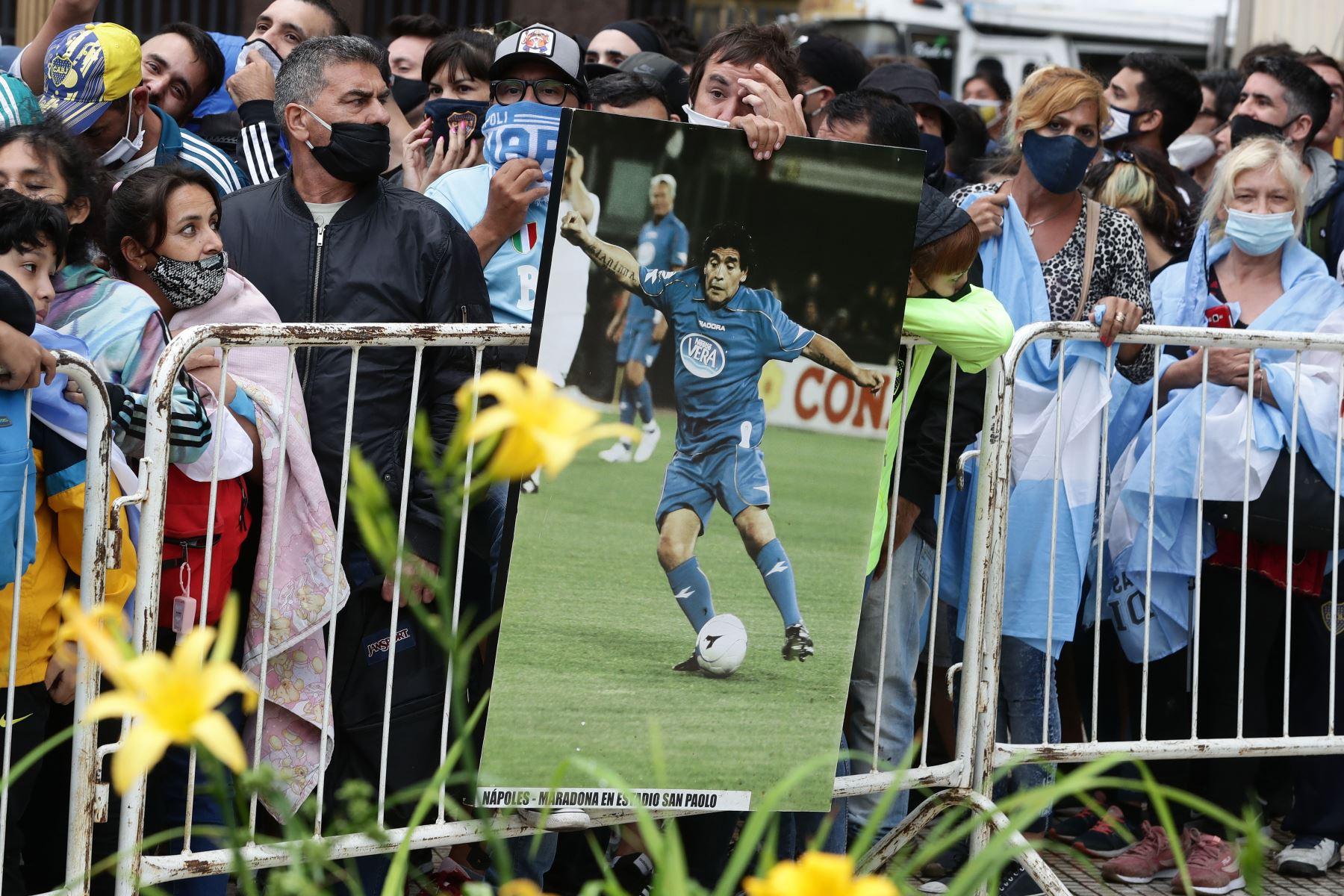 La gente hace cola frente al palacio presidencial en Buenos Aires para rendir homenaje al ataúd de la leyenda del fútbol Diego Maradona. Foto:AFP