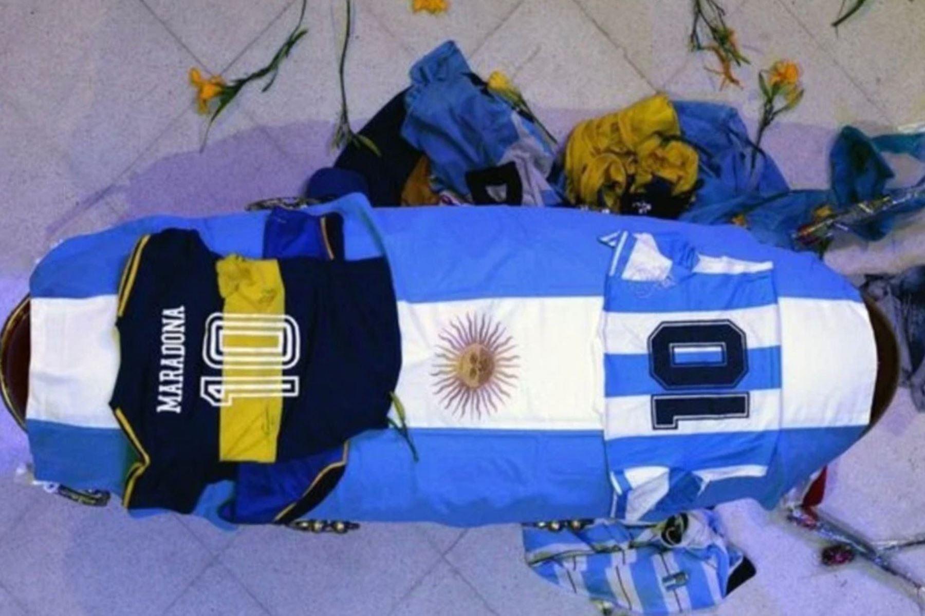 Féretro de Diego Armando Maradona es velado en el palacio presidencial en Buenos Aires donde miles hacen cola para despedir al genio del fútbol. Foto: Captura TV