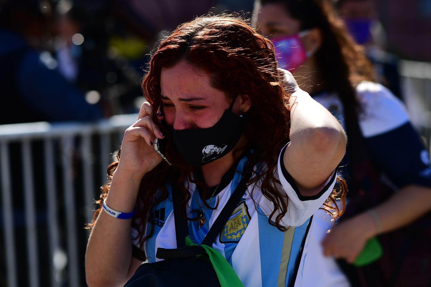 Los seguidores de Diego Maradona lloran luego de rendir homenaje a la leyenda del fútbol Diego Armando Maradona en la Casa de Gobierno en Buenos Aires. Foto: AFP