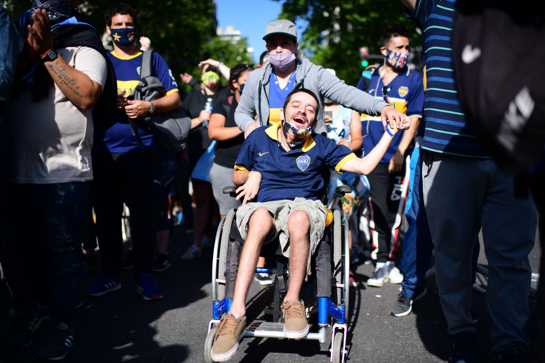 Los hinchas, la mayoría con camisetas de la selección argentina de fútbol Boca Juniors, se ven afuera de la casa de gobierno de la Casa Rosada mientras esperan para rendir homenaje a la leyenda del fútbol argentino Diego Armando Maradona en Buenos Aires. Foto: AFP
