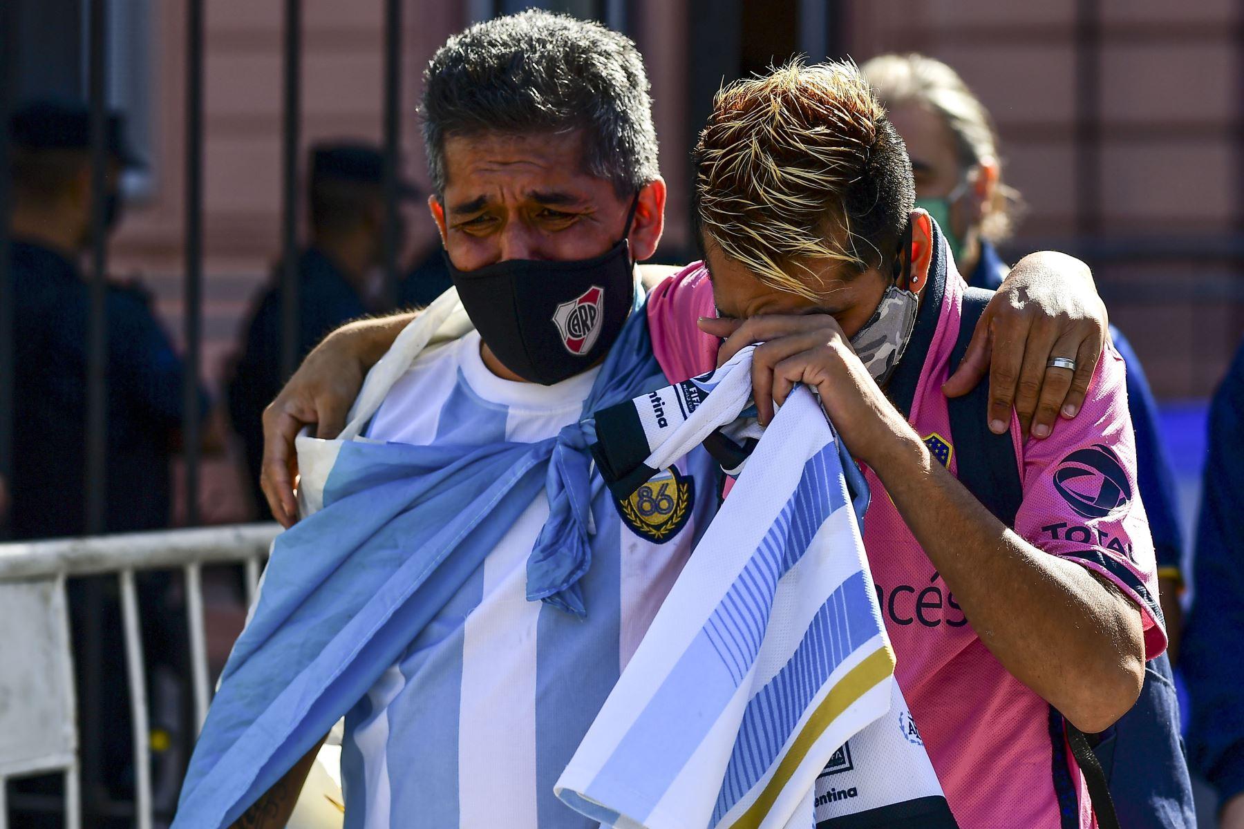 Los hinchas lloran afuera de la Casa Rosada mientras esperan para rendir homenaje a la leyenda del fútbol argentino Diego Armando Maradona en Buenos Aires. Foto: AFP