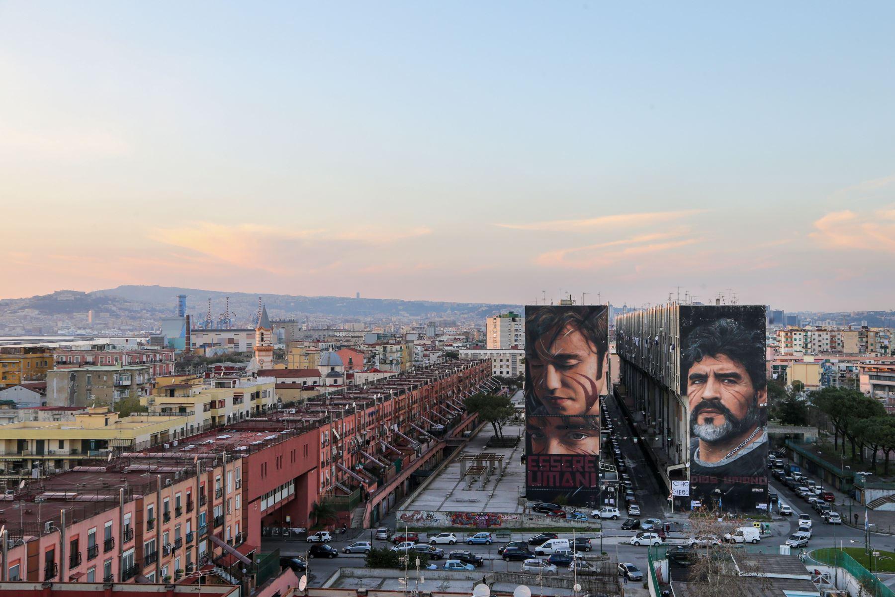 """Una vista general muestra un mural de la leyenda del fútbol argentino Diego Maradona  en Nápoles. Maradona, ampliamente recordado por su gol """"Mano de Dios"""" contra Inglaterra en los cuartos de final del Mundial de 1986. Foto: AFP"""