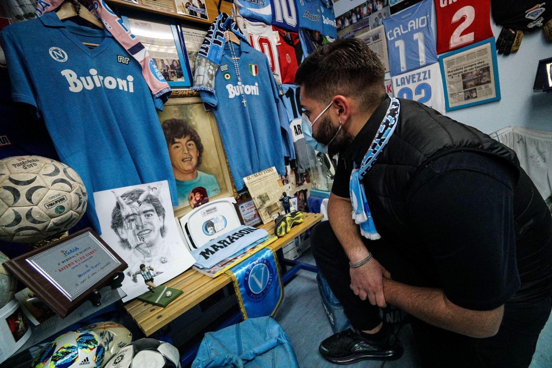 Parte del museo Maradona de la familia Vignati, una de las colecciones más completas de recuerdos deportivos pertenecientes a Diego Armando Maradona en el mundo, en Secondigliano, cerca de Nápoles, Italia. Foto: EFE