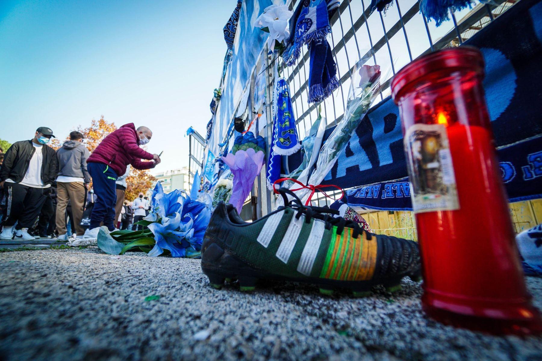 Los seguidores del Napoli se reúnen en el estadio de San Paolo para rendir homenaje a la leyenda del fútbol Diego Maradona en Nápoles, Italia. Foto: EFE