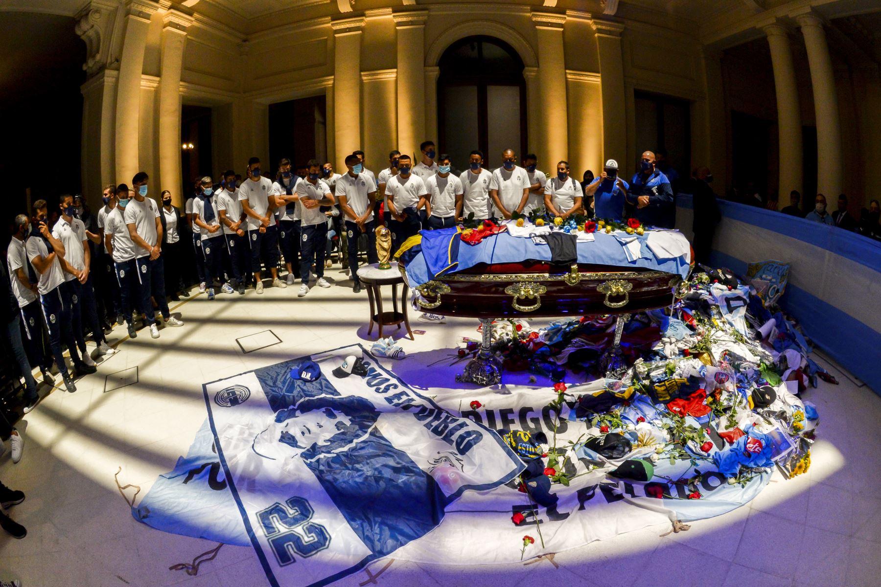 Foto  publicado por la Presidencia de Argentina , muestra a  los jugadores del equipo de fútbol argentino Gimnasia y Esgrima La Plata en homenaje al ataúd de la leyenda del fútbol argentino Diego Maradona en la capilla en llamas del palacio presidencial Casa Rosada en Buenos Aires. Foto: AFP