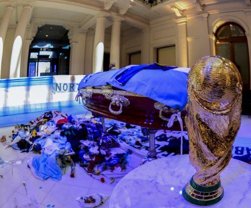 Extienden el velatorio de Maradona en medio de incidentes en los alrededores
