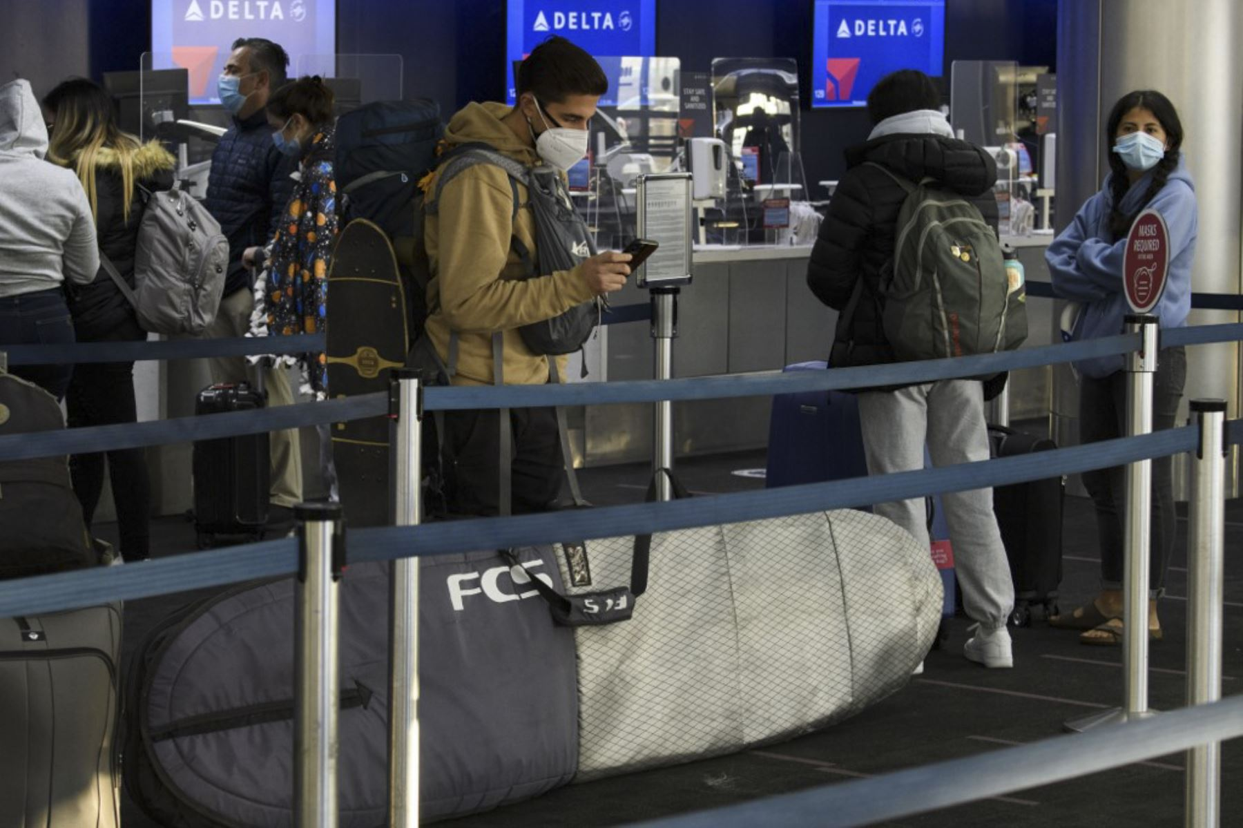 Los misioneros se despiden antes de registrarse para un vuelo de Delta Air Lines en el Aeropuerto Internacional de Los Ángeles antes de las vacaciones de Acción de Gracias en Los Ángeles, California. Foto: AFP