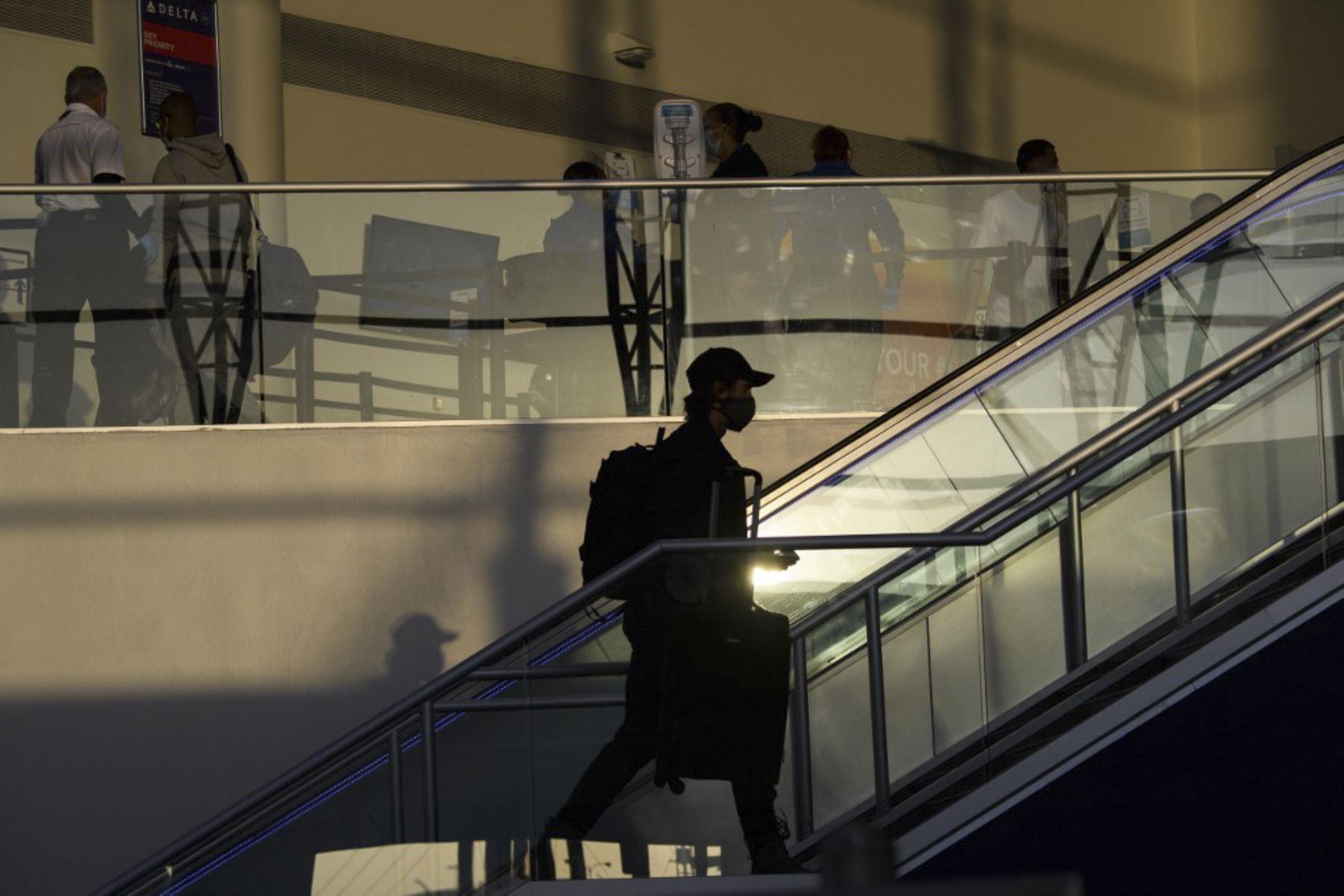 Los pasajeros ingresan a un punto de control de la Administración de Seguridad del Transporte en el Aeropuerto Internacional de Los Ángeles antes del feriado de Acción de Gracias en Los Ángeles, California. Foto: AFP