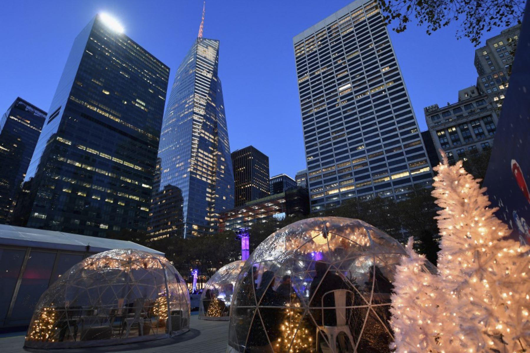 """La gente se sienta dentro de """"Cozy Igloos"""" en Bryant Park, New York. Foto: AFP"""