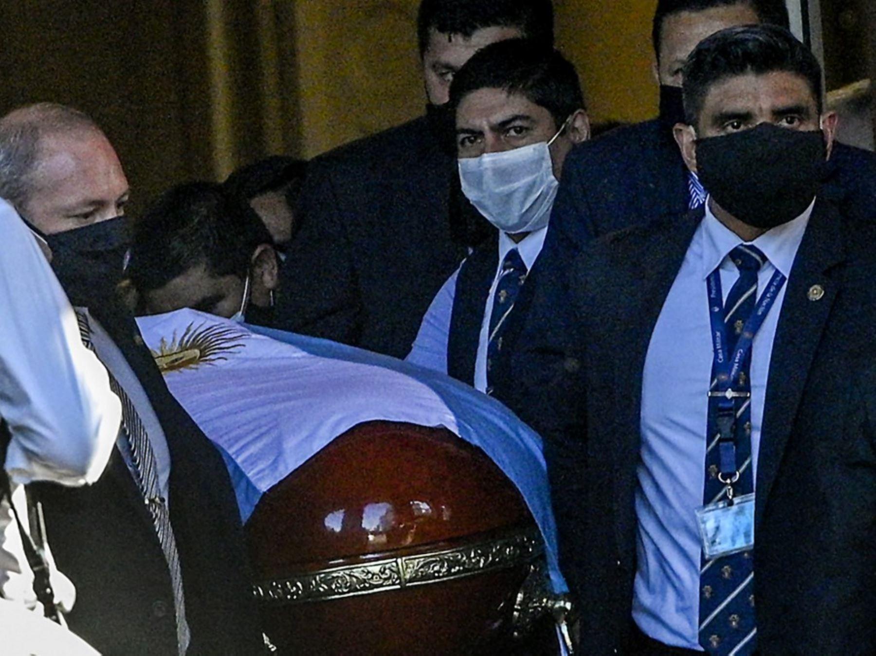 Se inicia el traslado de los restos hacia de Maradona al cementerio