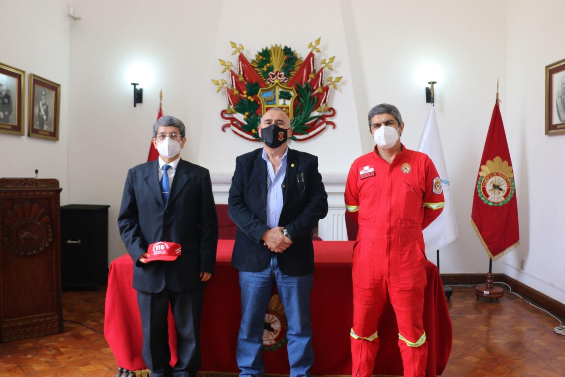 De izquierda a derecha, el presidente del Sineace, Carlos Barreda, y los representantes del CGBVP Luis Ponce La Jara y Jaime Palacios Ferrari.