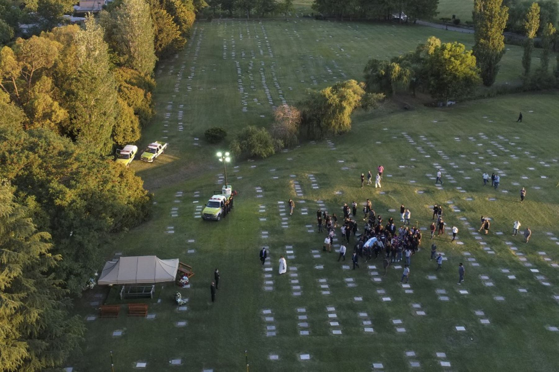 Vista aérea del entierro de la leyenda del fútbol argentino Diego Armando Maradona en el cementerio Jardín Bella Vista, en la provincia de Buenos Aires, lugar donde están enterrados sus padres. Foto: AFP