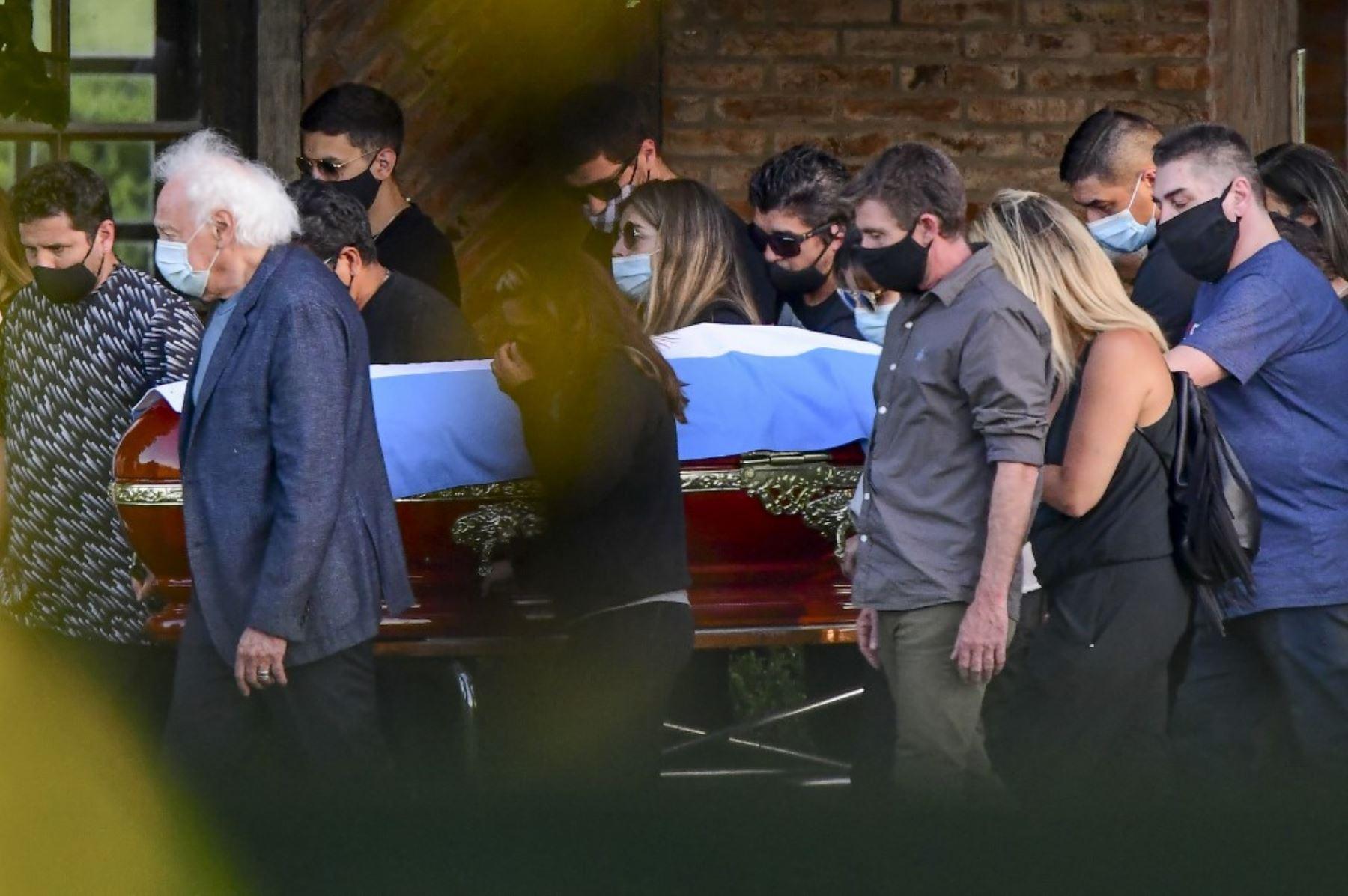 Familiares y amigos llevan el ataúd del fallecido leyenda del fútbol argentino Diego Armando Maradona durante su funeral en el cementerio Jardín Bella Vista, en la provincia de Buenos Aires. Foto: AFP