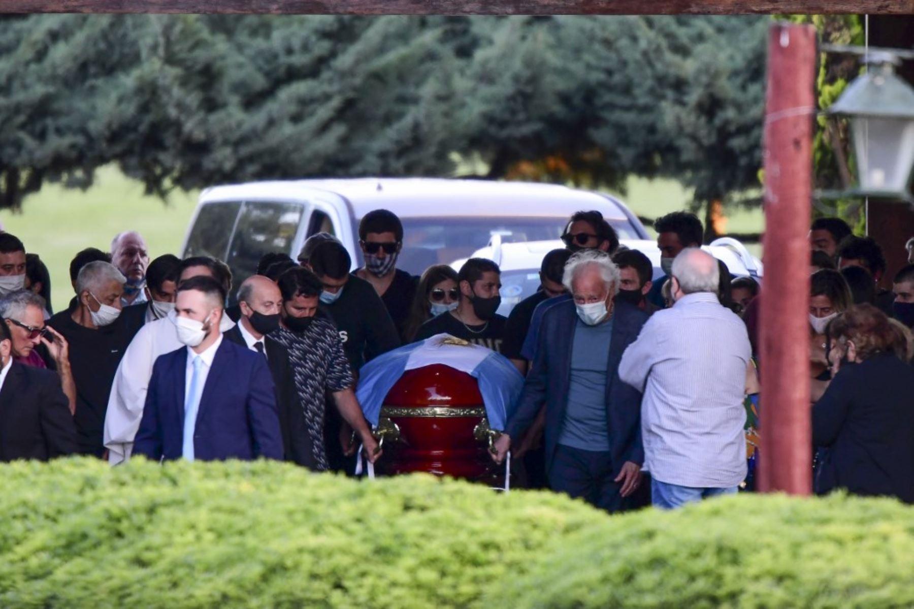 Familiares y amigos acompañan el ataúd del fallecido leyenda del fútbol argentino Diego Armando Maradona durante su funeral en el cementerio Jardín Bella Vista, en la provincia de Buenos Aires. Foto: AFP