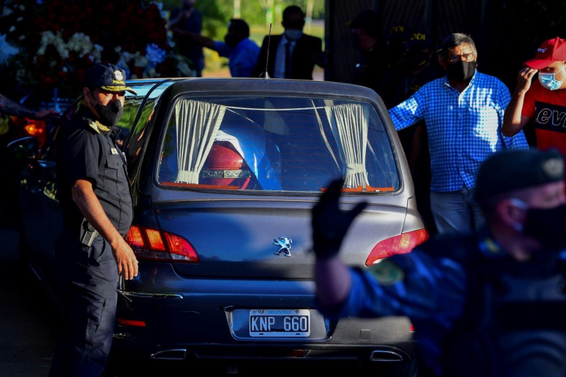 El coche fúnebre que transportaba al fallecido leyenda del fútbol argentino Diego Armando Maradona llega al cementerio Jardín Bella Vista, en la provincia de Buenos Aires. Foto: AFP