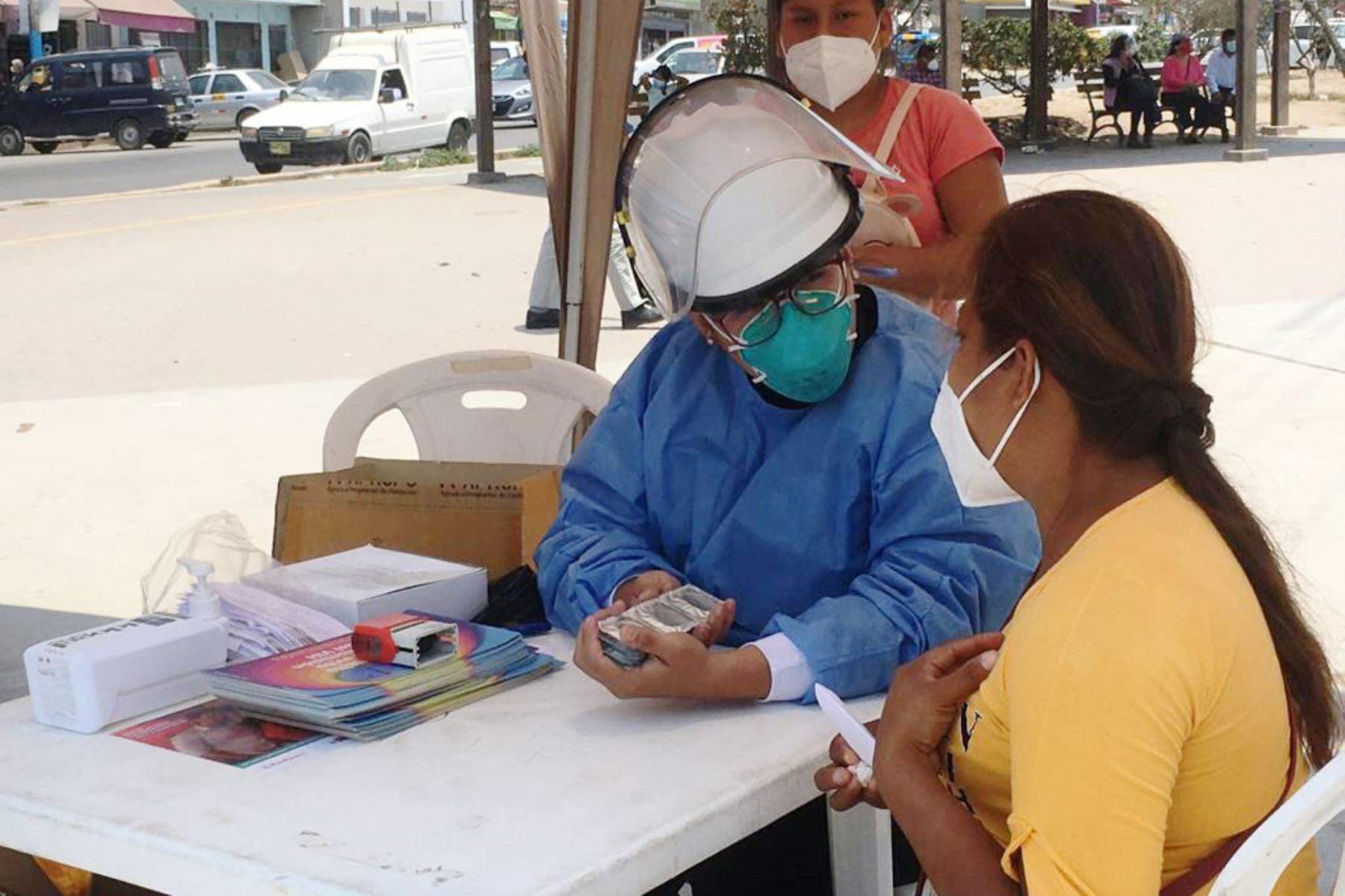 Más de 100 personas fueron tamizadas para descartar que sean portadores del virus del VIH. La intervención se llevó a cabo en la Explanada de la municipalidad de Villa El Salvador. Foto: @DIRISLimaSur