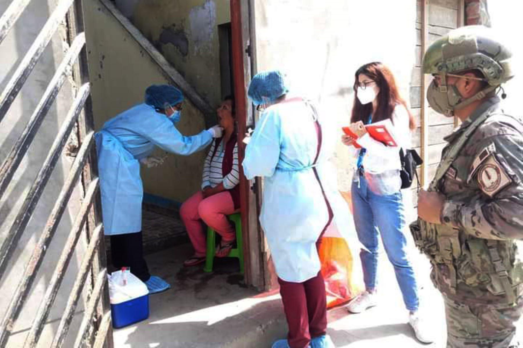 Los equipos de respuesta rápida de la  DIRIS Lima Sur visitan 500 viviendas de la zona de vista Alegre en Chorrilos, donde se realizan pruebas moleculares a personas en estado de vulnerabilidad. Foto: @DIRISLimaSur