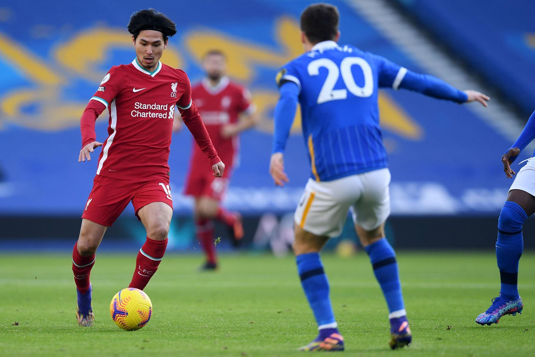 El mediocampista japonés del Liverpool, Takumi Minamino, controla el balón durante el partido de fútbol de la Premier League inglesa. Foto: AFP