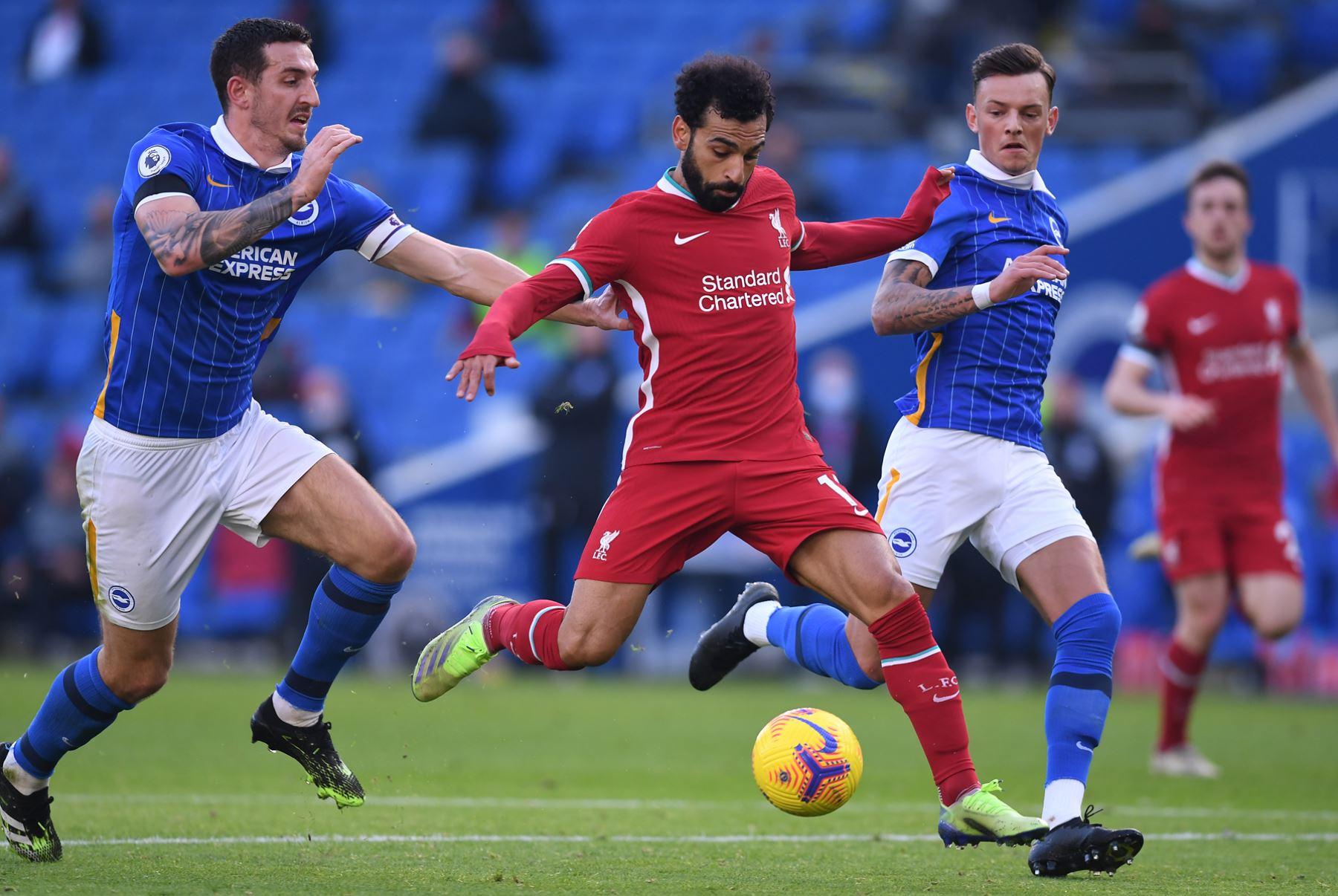 El centrocampista egipcio del Liverpool, Mohamed Salah, intenta disparar al arco ante marca de los rivales de Brighton por la Premier League. Foto: AFP