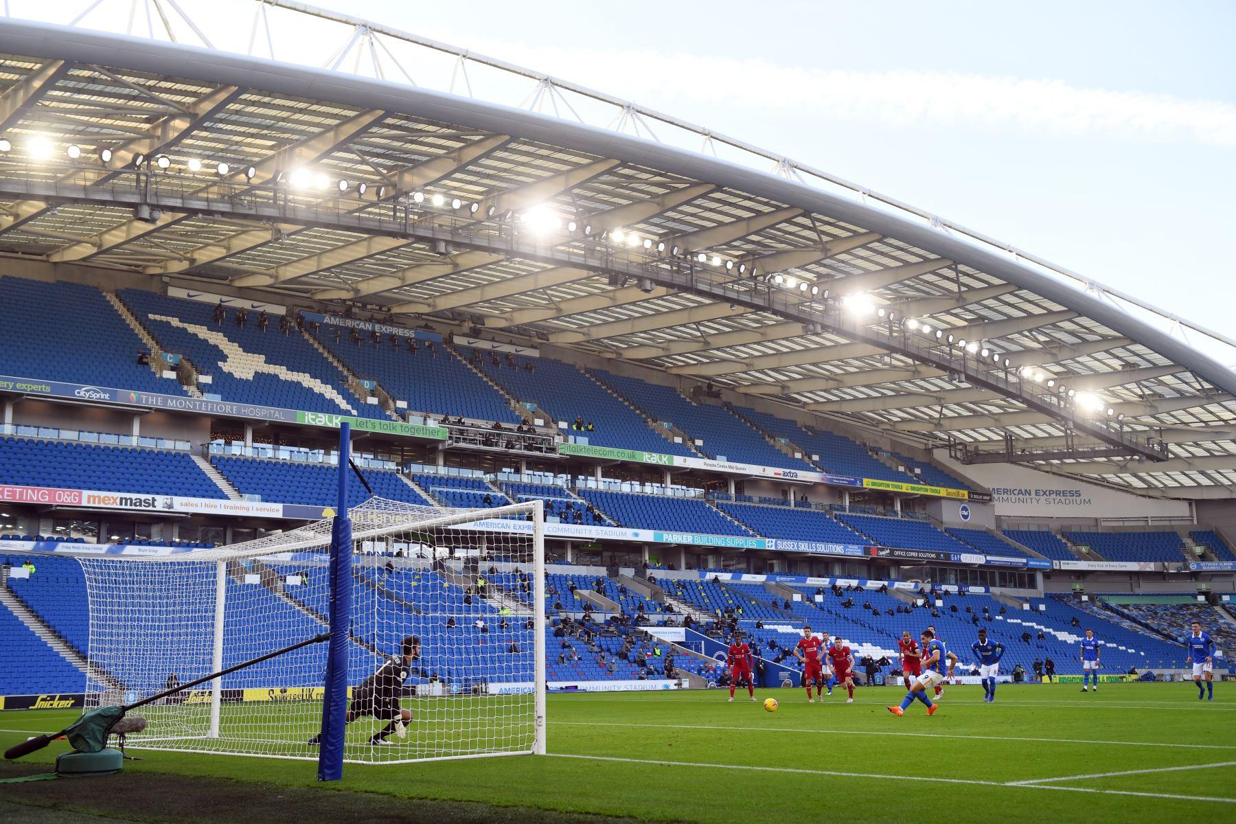 El delantero francés de Brighton, Neal Maupay, falla desde el punto de penalti contra el portero brasileño de Liverpool, Alisson Becker, durante el partido de fútbol de la Premier League. Foto: AFP