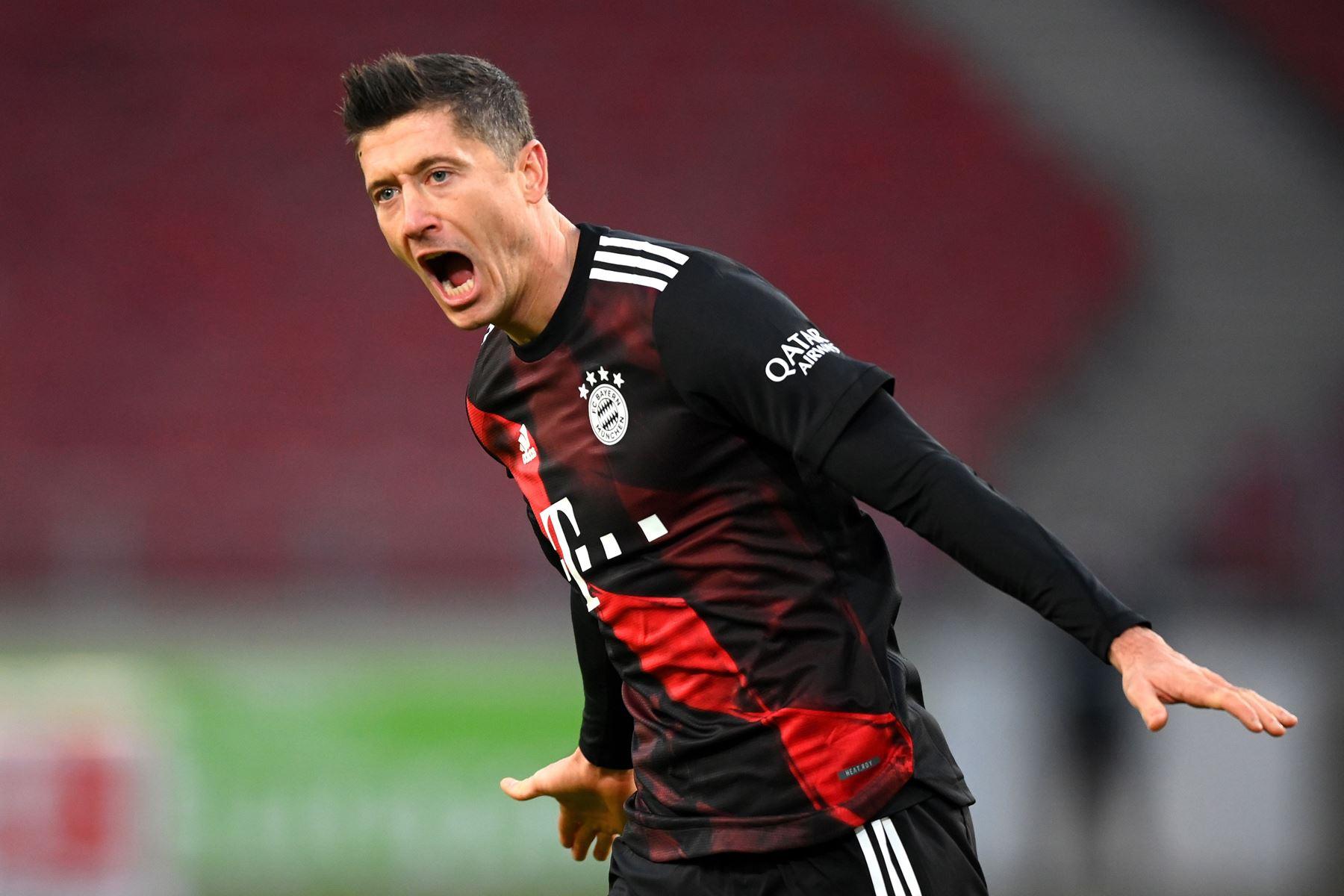 Robert Lewandowski del Bayern Munich celebra tras marcar el 2-1 en el partido de fútbol contra VfB Stuttgart de la Bundesliga. Foto: EFE