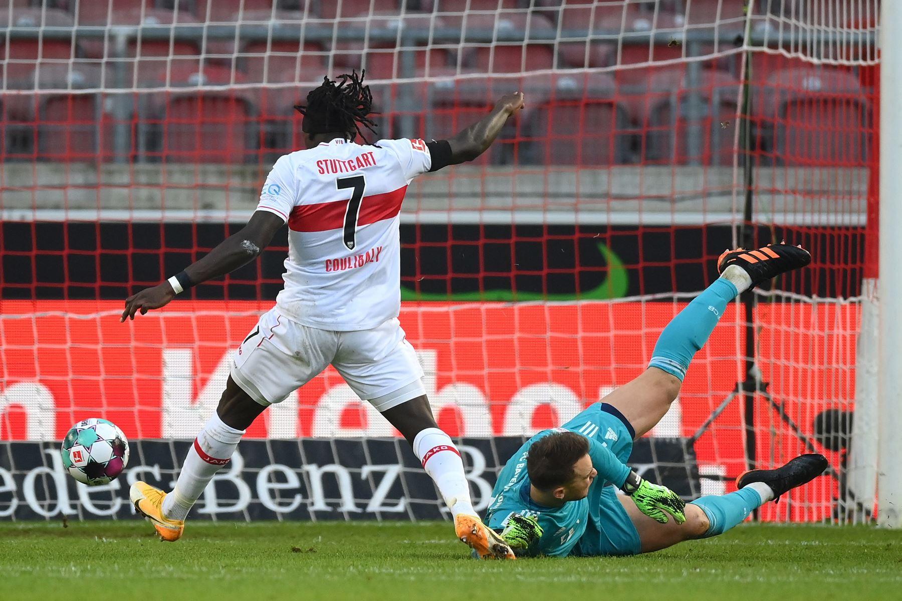 Tanguy Coulibaly de Stuttgart marca la ventaja 1-0 contra el portero del Bayern Múnich Manuel Neuer durante el partido de fútbol de la Bundesliga. Foto: EFE