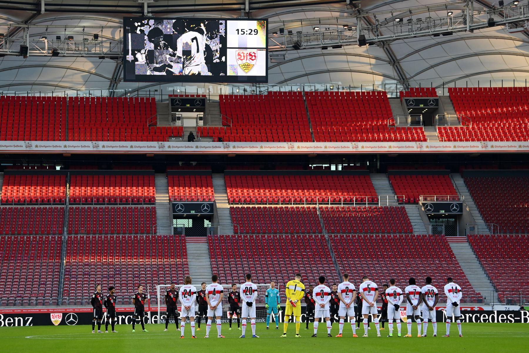 Los jugadores guardan un minuto de silencio en memoria del fallecido astro del fútbol mundial, el argentino Diego Armando Maradona, antes del partido de fútbol de la Bundesliga. Foto: EFE