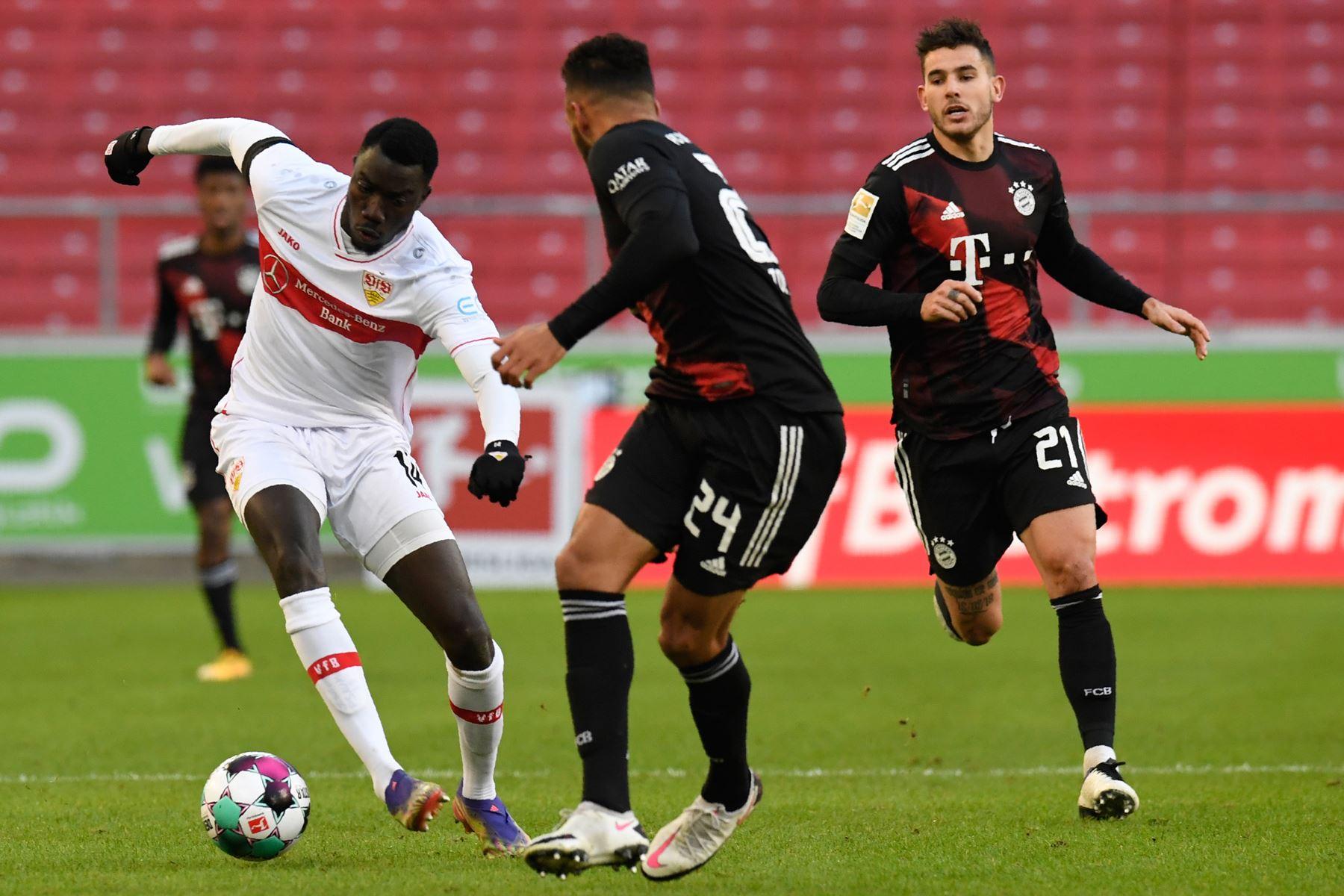 El delantero congoleño de Stuttgart Silla Wamangituka y el mediocampista francés del Bayern Munich Corentin Tolisso compiten por el balón durante el partido de fútbol de la Bundesliga. Foto: AFP