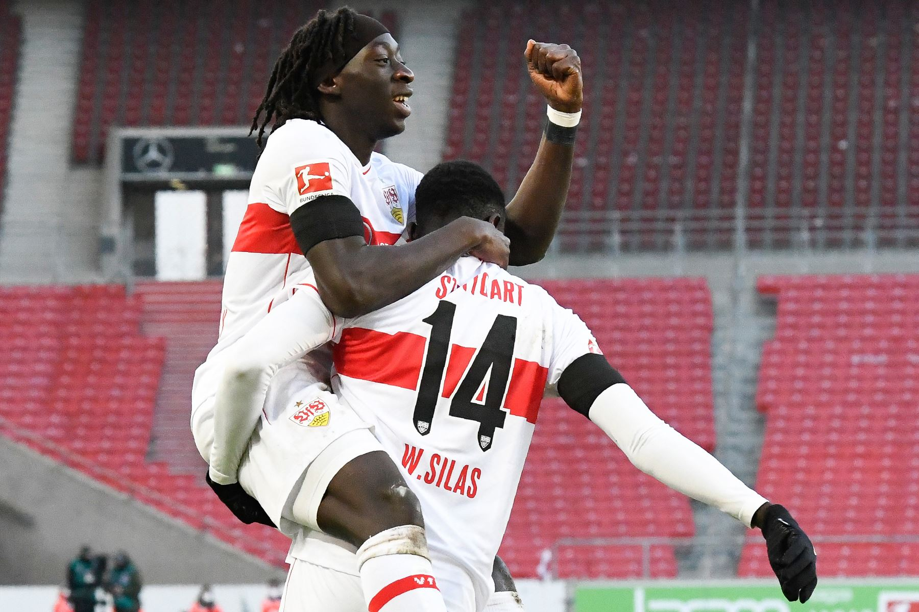 El delantero francés de Stuttgart Tanguy Coulibaly y el delantero congoleño de Stuttgart Silla Wamangituka celebran el 1-0 durante el partido de fútbol de la Bundesliga. Foto: AFP