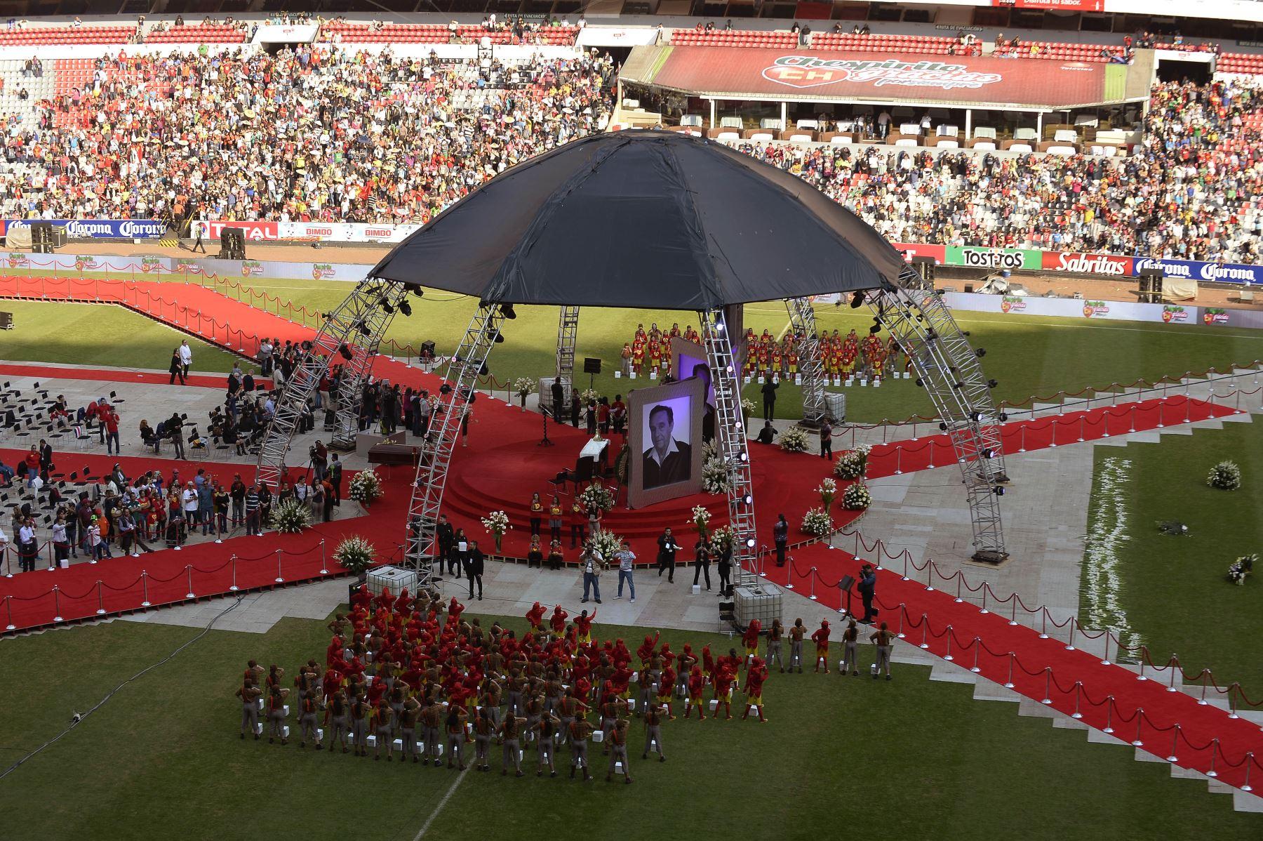 Vista general del estadio Azteca con capacidad para 105,000 personas en la Ciudad de México el 30 de noviembre de 2014 durante un homenaje en honor al comediante mexicano Roberto Gómez Bolaños, dos días después de su muerte. Foto: AFP