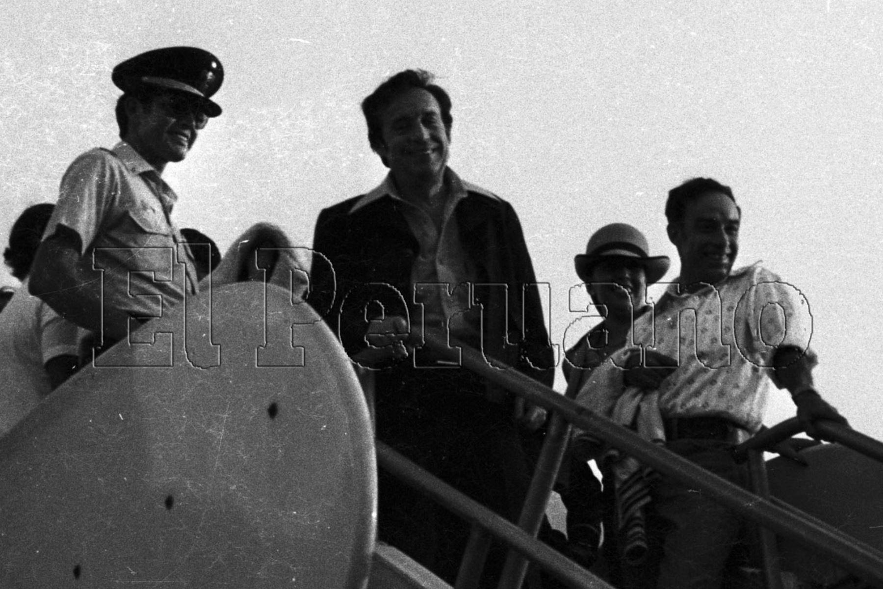 """Callao - 28 de marzo de 1979. Llegada del elenco de la serie de televisión """"El Chavo del 8"""". Roberto Gómez Bolaños en la escalinata del avión a su arribo al aeropuerto Jorge Chávez. Foto: Archivo El Peruano"""