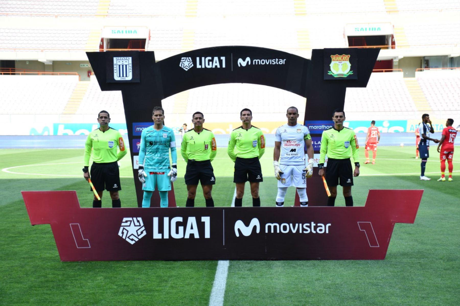 El capitán del  club  Alianza Lima, Leao Butrón y el capitán  del Sport Huancayo. J. Pinto posan  antes del inicio del partido de la fase 2 por la fecha 9 de la Liga 1 , en el Estadio Nacional.   Foto: @LigaFutProfdel