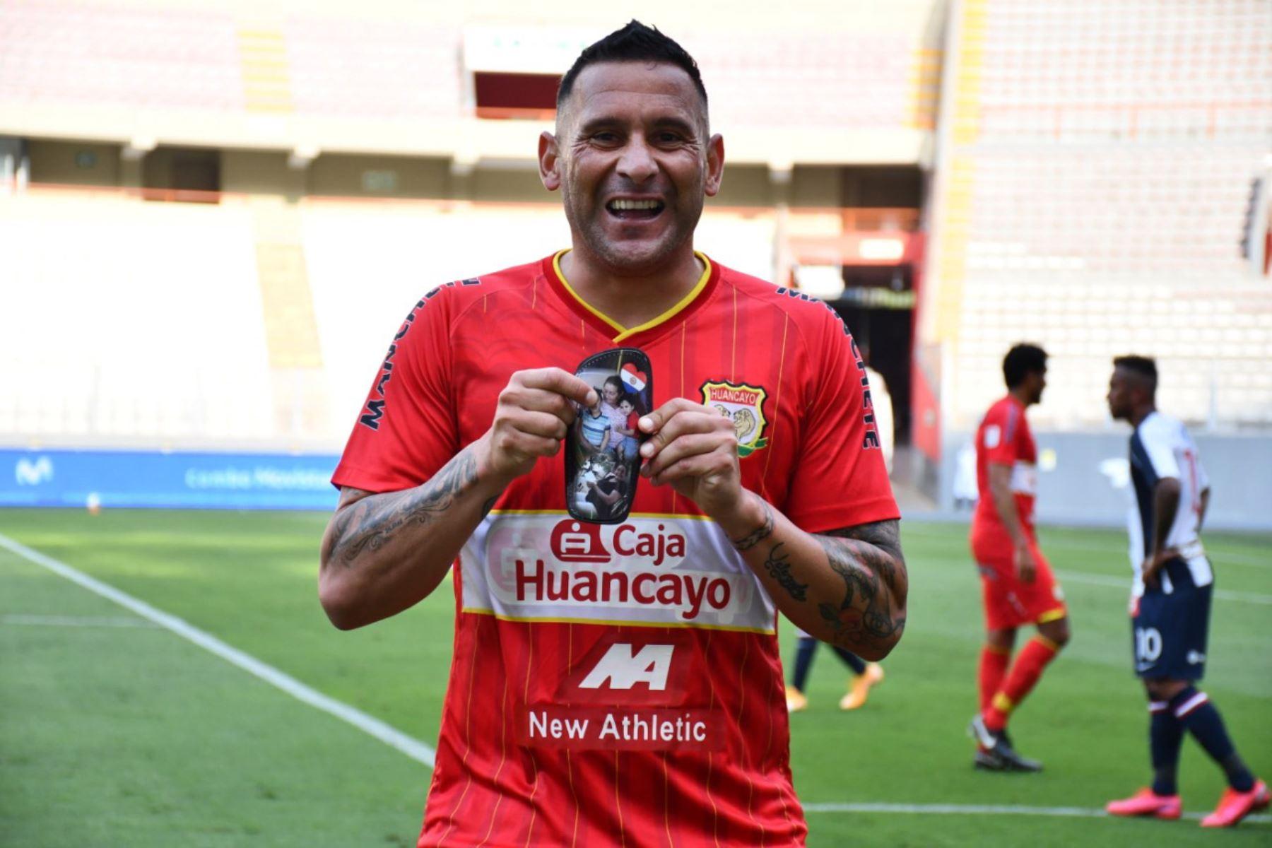 El futbolista Carlos Neumann de Sport Huancayo   celebra su gol ante Alianza Lima,  durante el partido de la fase 2 por la fecha 9 de la Liga 1 , en el Estadio Nacional.   Foto: @LigaFutProfdel